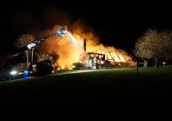 Une ferme agricole détruite par les flammes à Rechthalten / Ein Brand zerstört ein Bauernhaus in Rechthalten