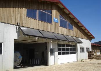 Das Bild zeigt eine Solarwarmwasserproduktionsanlage
