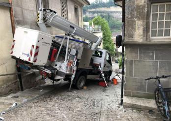 Un camion nacelle glisse sur ses béquilles au Stalden à Fribourg / Eine Arbeitsmaschine mit Gelenksteiger rutscht in Freiburg im Stalden von seinen Stützfüssen