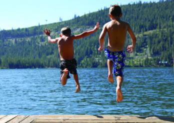 Hop! Dans le lac!