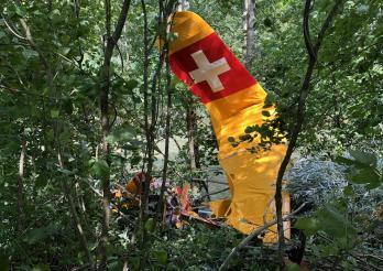 Un aéronef rate son atterrissage et s'écrase en lisière de forêt
