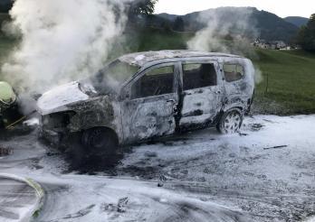Suite à un problème technique, une voiture prend feu à Châtel-St-Denis / Nach einem technischen Problem fängt ein Auto Feuer in Châtel-St-Denis