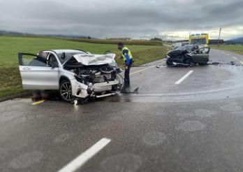 Deux blessés dans un accident frontal à la Tour-de-Trême / Zwei Verletzte bei einer Frontalkollision in La Tour-de-Trême