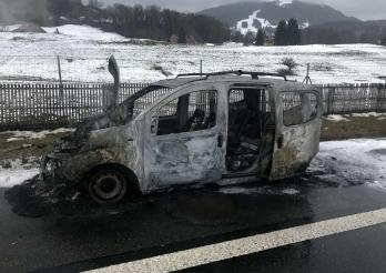 Une voiture en feu sur l'autoroute à Châtel-St-Denis/Ein Auto in Brand auf der Autobahn in Châtel-St-Denis