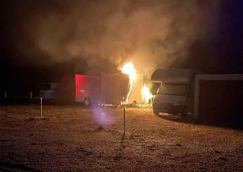 Une remorque de restauration mobile en feu à Wünnewil / Ein Foodtruck-Anhänger in Brand in Wünnewil