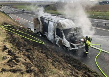 Un bus de livraison complètement détruit par le feu sur l'A12 / Lieferwagen auf der A12 komplett ausgebrannt