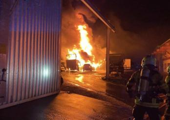 Granges (Veveyse) - plusieurs véhicules la proie des flammes / Granges (Veveyse) – mehrere Fahrzeuge fallen den Flammen zum Opfer