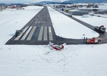 Un avion finit sa course dans la neige à Ecuvillens/Ein Flugzeug beendet seinen Flug im Schnee in Ecuvillens