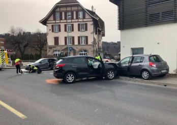Accident de la circulation avec trois personnes blessées à Marly / Verkehrsunfall mit 3 verletzten Personen in Marly