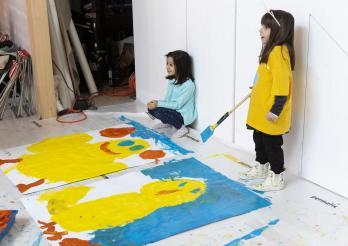 Schülerinnen malen Plakate zur Ausstellung «Einfach Küken»