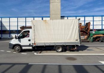 Grosse surcharge sur une voiture de livraison à Rossens/Überladener Lieferwagen in Rossens