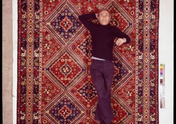 Leo Hilber couché sur un tapis Yalame, avant 1978