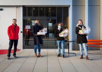 Remise des prix du concours d'écriture sur le climat. De gauche à droite : Guido Flammer, co-président de Bio Fribourg, Sophie Bucher, Geoffroy Mollia et Nadja Kollbrunner