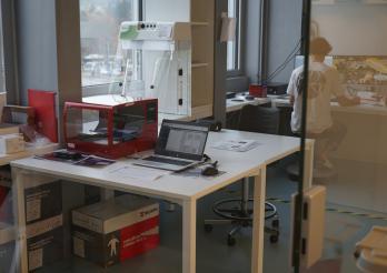 """Le robot rouge, utilisé par le SAAV dans le cadre de la filière d'analyses virologiques des échantillons COVID, est une version """"modeste"""" de celui qui vient d'être acquis par l'HFR."""