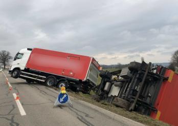 Verkehrunfall eines Lastzuges in Duedingen/Accident d'un train routier à Guin