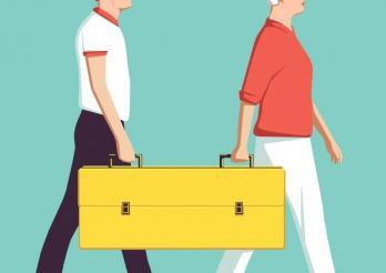Zwei Personen tragen einen Koffer mit zwei Griffen -  Job sharing erlaubt Aufgaben und Verantwortung zu teilen