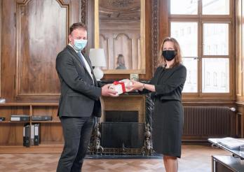 Le Conseiller d'Etat fribourgeois Didier Castella avec la Conseillère d'Etat bernoise Evi Allemann