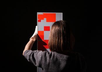 Accrochage d'un tableau (Photo studio, Fribourg, 2020)