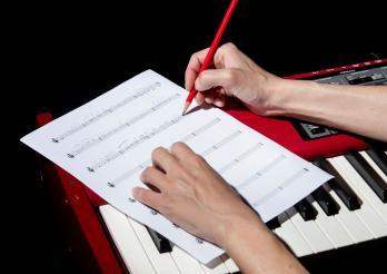 Composition musicale manuscrite sur piano électrique (Photo studio, Fribourg, 2020)