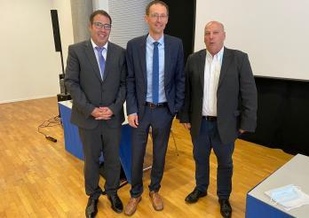 Von links nach rechts: Philippe Ettlin, neu ernannter Verwalter, Staatsrat Olivier Curty und Dominique Schmutz, aktueller Verwalter der Öffentlichen Arbeitslosenkasse