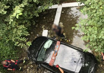 Il termine sa route dans le ruisseau de La Mortivue après s'être assoupi au volant / Er beendete seine Fahrt im Bach von La Mortivue, nachdem er am Steuer eingeschlafen war