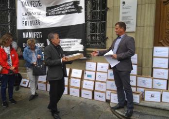 Übergabe des Petition für ein «Manifest für die Würde im Kanton Freiburg»