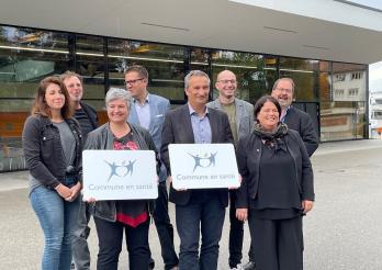 Die Gemeinde Estavayer wird von Staatsrätin Anne-Claude Demierre mit dem Label «Gesunde Gemeinde» ausgezeichnet.
