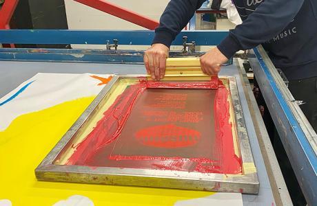 Jedes Plakat wurde von Hand im Siebdruckverfahren hergestellt