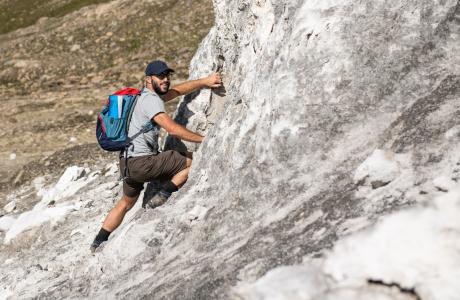 Ein Teilnehmer erklimmt einen Gipsfelsen im oberen Vallon de Réchy