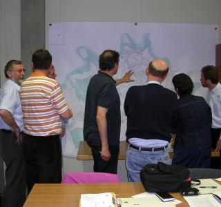Die Mitglieder der «Gemeinsam in der Gemeinde»-Kommission vor einer Karte ihrer Gemeinde @ Alle Rechte vorbehalten