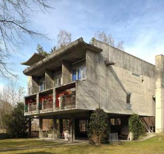 Wohngebäude in drei Einheiten aus Rohbeton, Arch. Atelier 5, 1987-88 Neueneggstrasse 6, Wünnewil-Flamatt. Le Corbusier neu interpretiert: Drei Wohneinheiten an der Neueneggstrasse in Flamatt, Atelier 5, 1960-1961