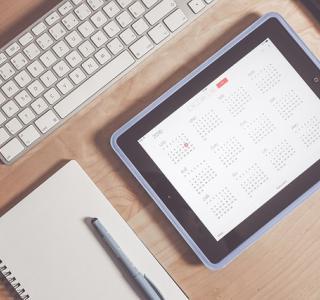 photo d'un i-pad avec un calendrier et d'un clavier d'ordinateur