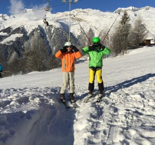 enfants faisant du ski