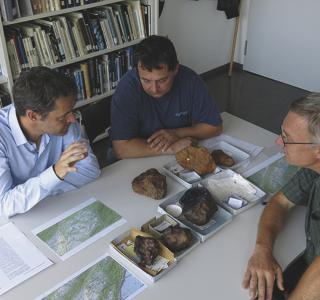 Discussion au Musée d'histoire naturelle de Berne sur les fragments de la météorite de Twannberg