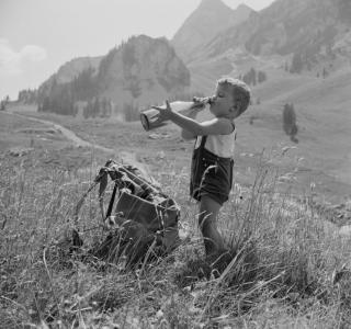 Petit garçon buvant du lait à la montagne. Exposition Au lait, olé. BCU, Fonds Rast