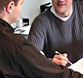 Jeunes hommes au bureau