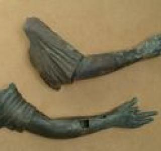 Bras droits de deux statues, Arconciel