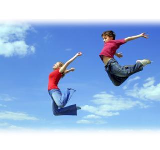 2 enfants qui sautent