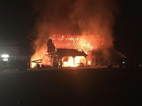 Une ferme en proie aux flammes à Fétigny