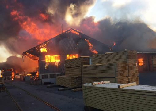 Incendie conséquent à Bulle - l'intervention des pompiers et l'enquête se poursuivent