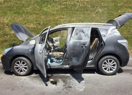 Une voiture en feu lors d'un accident de la circulation à Vuadens