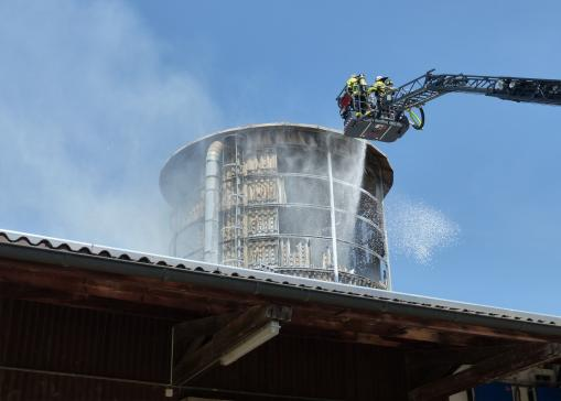 Un silo en proie aux flammes à Fendringen