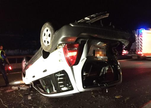 Une automobile se retrouve sur le toit après une embardée sur l'A12