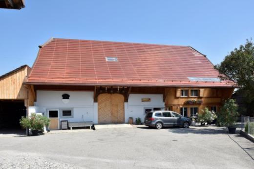 Weltneuheit: ziegelrote Solarmodule auf einem geschützten Gebäude im Kanton Freiburg