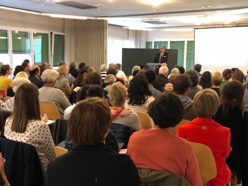 Plus de cent personnes réunies ce matin à Matran pour parler du bénévolat et de l'intégration