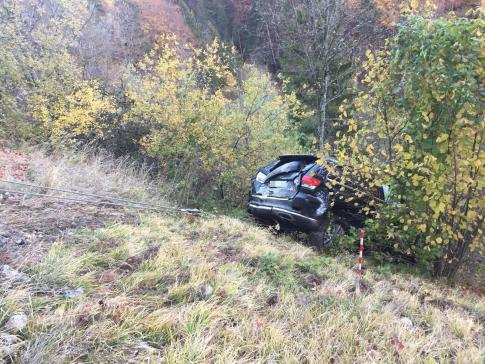 Une voiture termine sa course dans le ravin à Cerniat / News nur auf Französisch