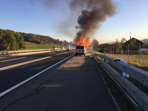 Une voiture en feu sur l'A12 à Bulle