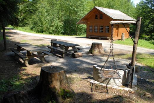 Aktivitäten im Wald: Picknick, Sport- und Spielparcours, Hütten, usw.