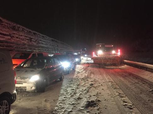 De la neige en abondance perturbe l'ensemble du réseau routier fribourgeois