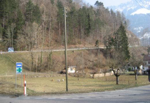 Wegen Bauarbeiten ist der Aufstieg der Kantonsstrasse «En Bataille» in Broc für den Veloverkehr gesperrt – Velofahrerinnen und Velofahrer können den Bus gratis benutzen